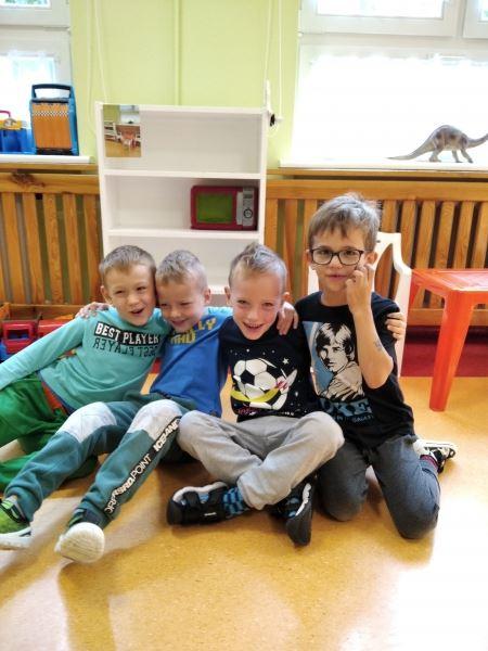 Pierwsze zabawy na sali przedszkolnej.