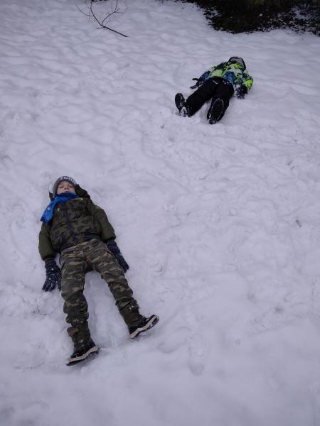 Zabawy na śniegu.