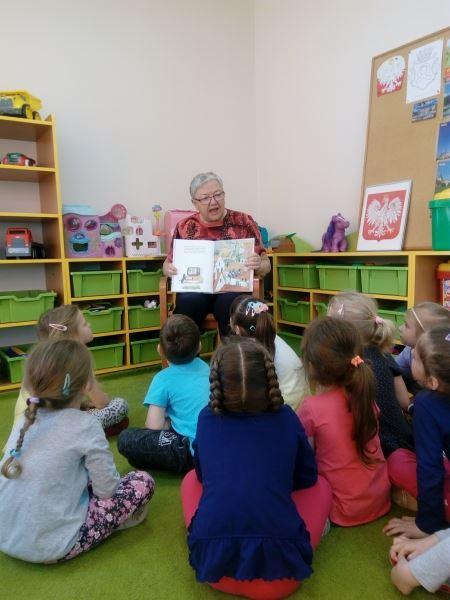 Wizyta pani z Koła Miłośników Biblioteki z okazji Dnia bibliotekarza