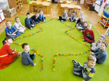 Łańcuch na choinkę z kolorowych pasków czyli przedszkolna tradycja od pokoleń