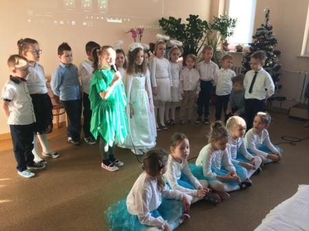 Występ dzieci podczas wigilii dla podopiecznych Domu Seniora w Czarnkowie