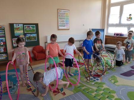 Ćwiczenia gimnastyczne z obręczami